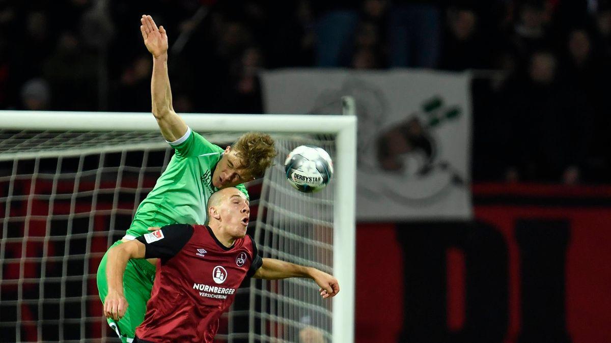 Spielszene Hannover-Nürnberg: Timo Hübers (grünes Trikot) und Michael Frey