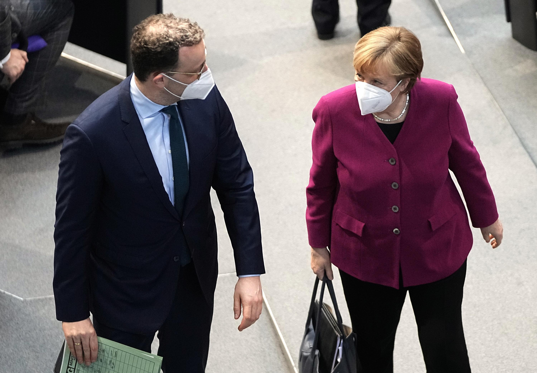 25.03.2021, Berlin: Bundeskanzlerin Angela Merkel (CDU) verlässt ihren Platz zusammen mit Jens Spahn (CDU), Bundesminister für Gesundheit, nachdem sie im Bundestag eine Regierungserklärung zur Corona-Pandemie und zum Europäischen Rat abgeben hat.