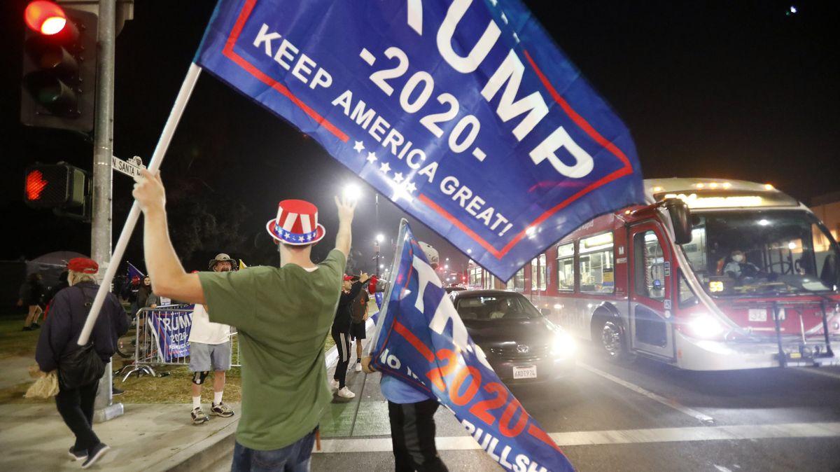 Anhänger von Präsident Trump ziehen mit Fahnen durch Beverly Hills.