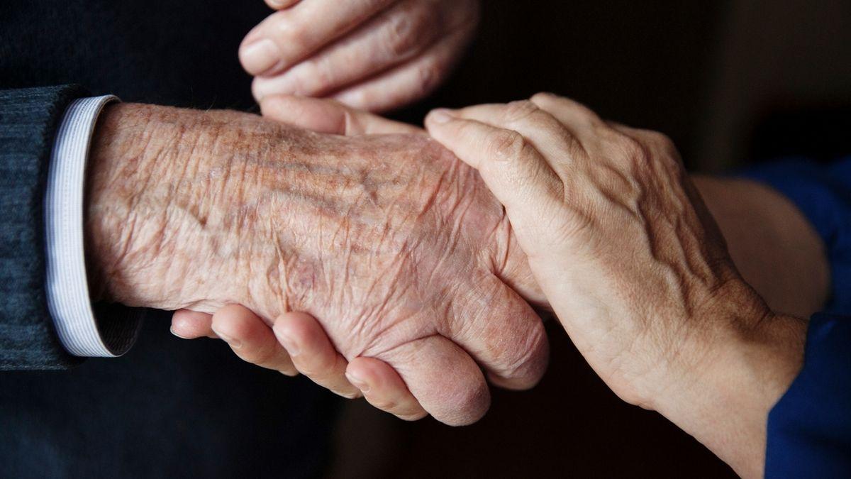 Eine junge HAnd umfasst eine alte Hand