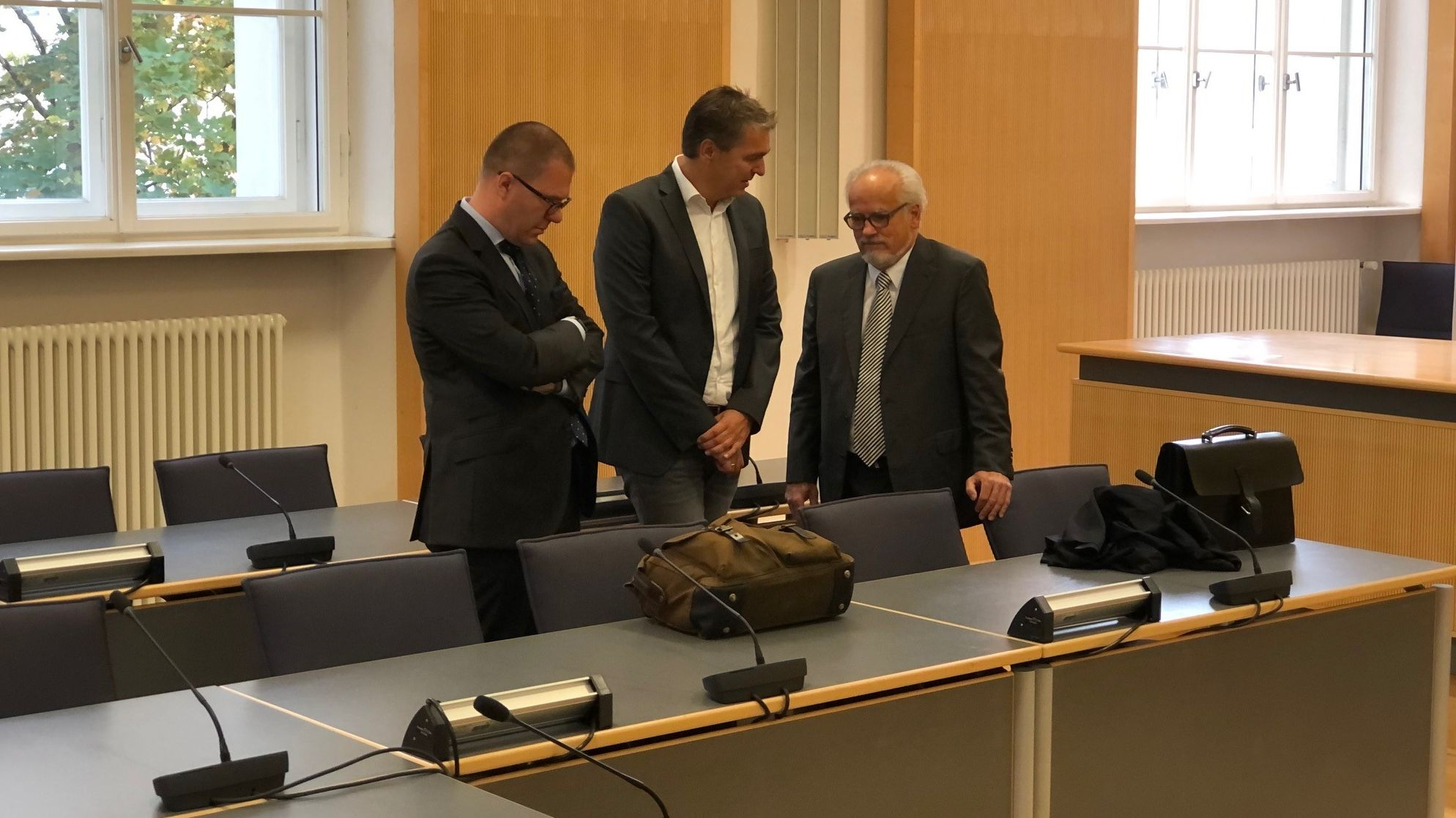 Stefan Pohlmann (Mitte) zu Prozessbeginn mit seinen Anwälten.