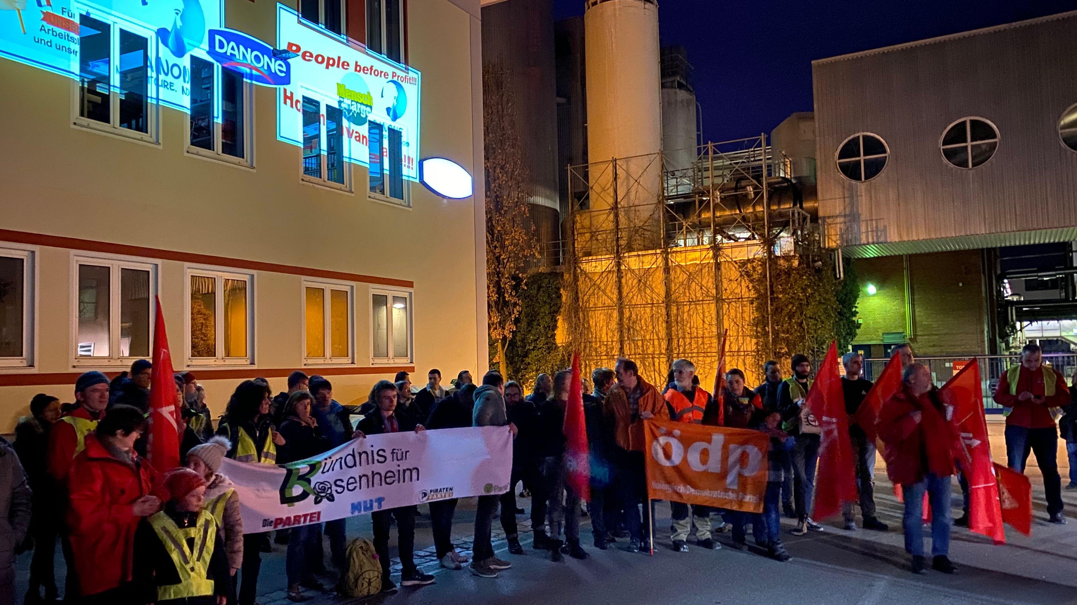 Demonstration vor dem Danone-Werk in Rosenheim am Abend