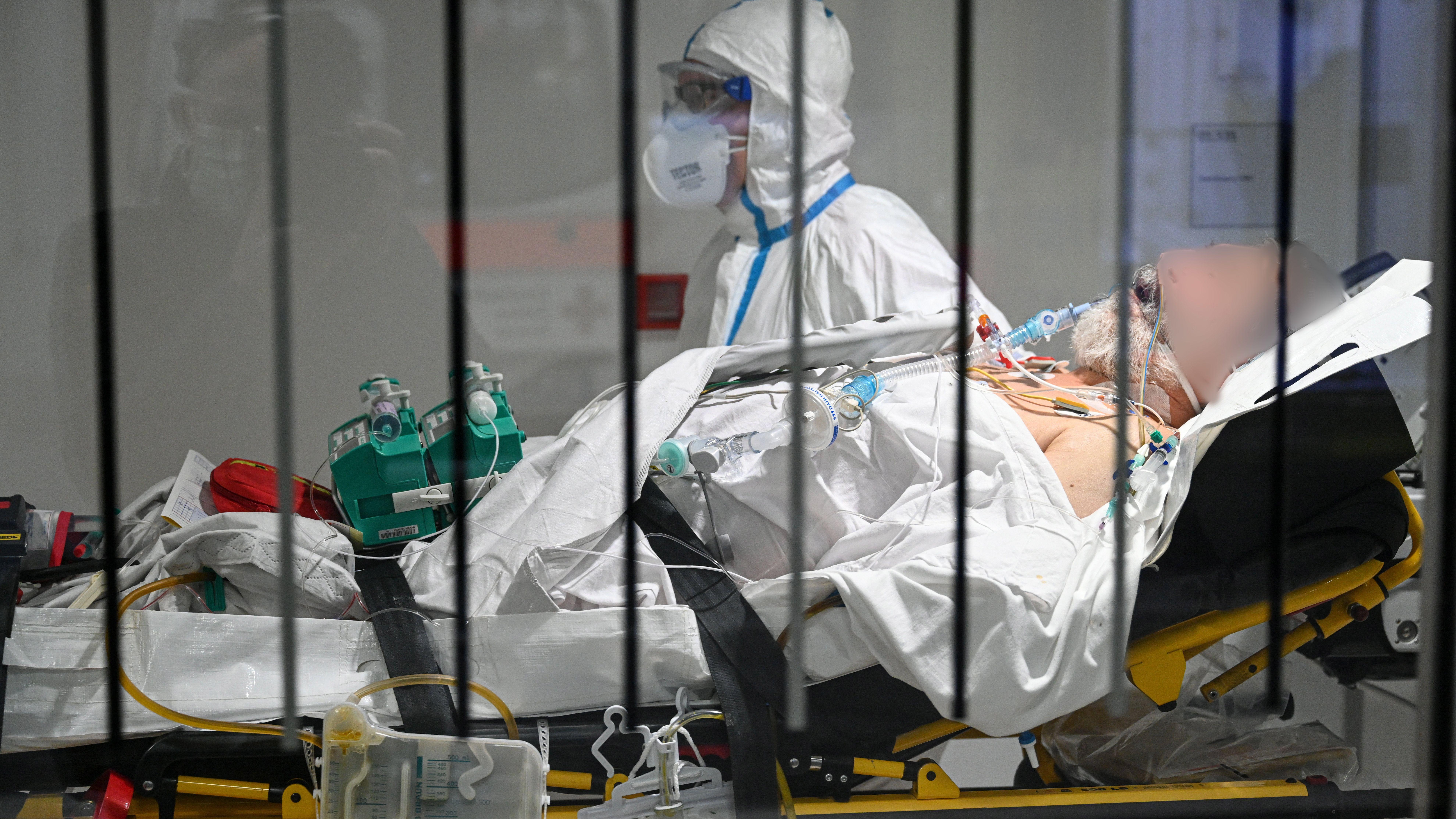 Ulm: Ein Coronapatient aus Frankreich kommt im Krankentransportwagen am Bundeswehrkrankenhaus an