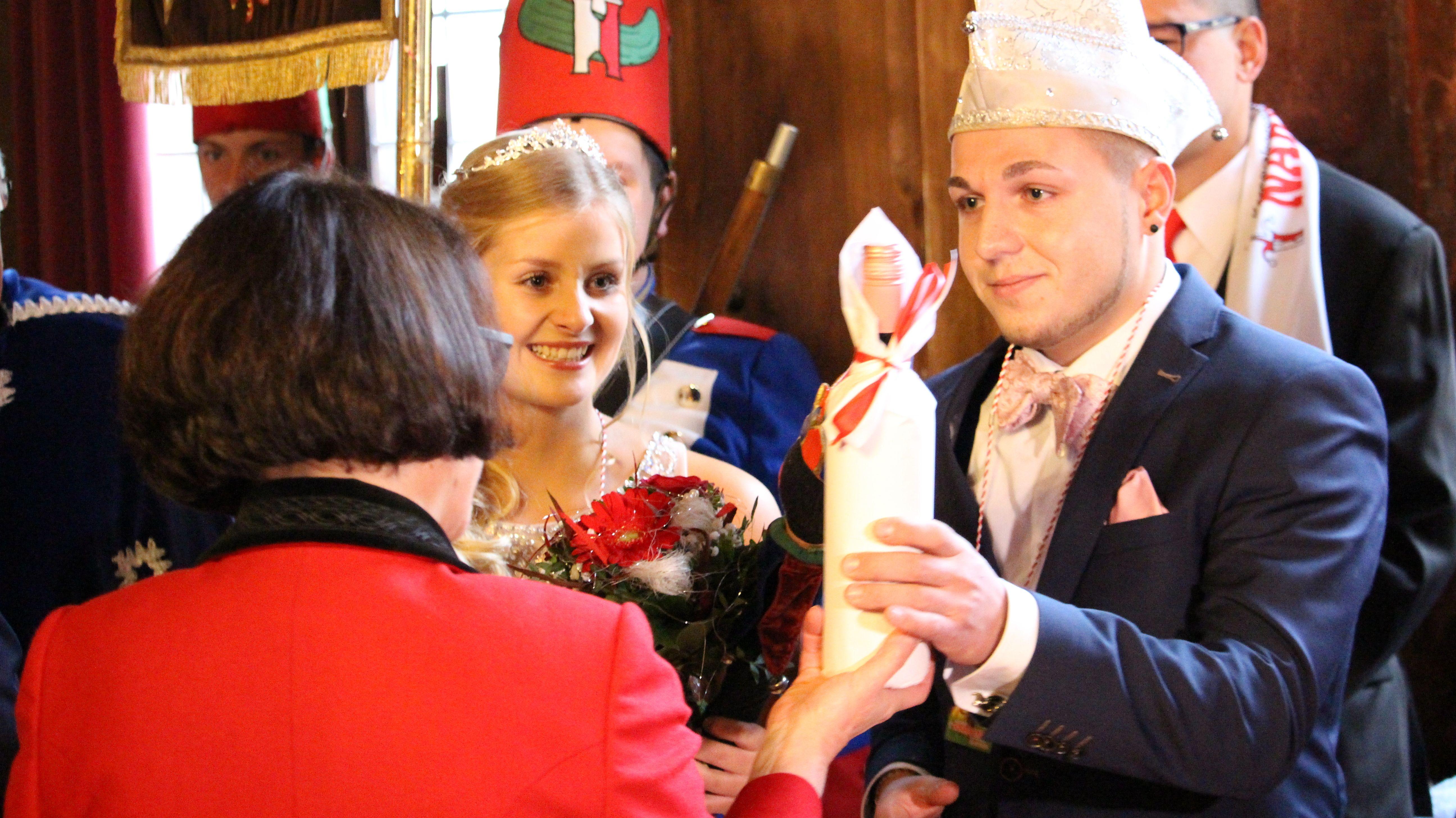 Geschenke für das Narragonia-Prinzenpaar Nathalie I. und Fabian I.