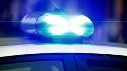 Symbolbild: Blaulicht an einem Polizeifahrzeug   Bild:picture-alliance/dpa