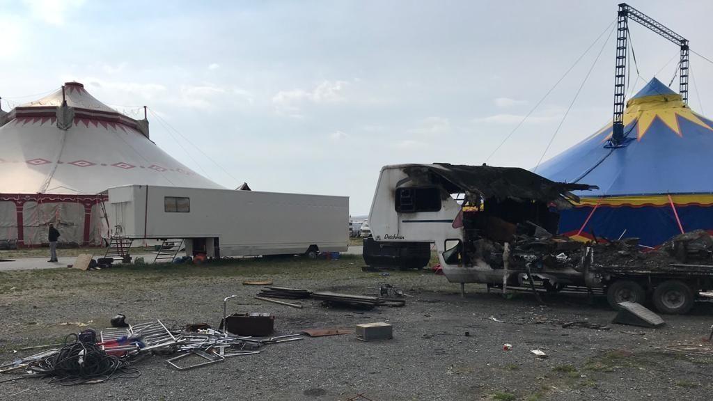 Ein Festplatz mit zwei Zirkuszelten, im Vordergrund Müll