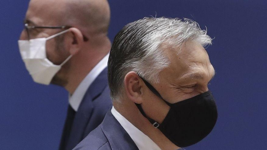 EU-Ratspräsident Charles Michel (links) geht an Ungarns Ministerpräsident Viktor Orban vorbei.