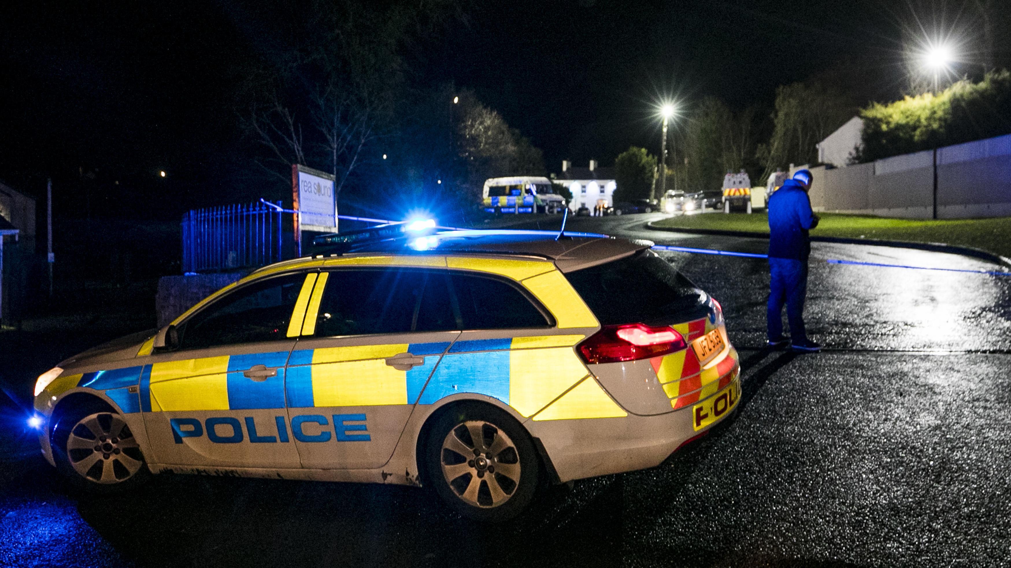 Polizei vor dem Eingang des Greenvale Hotels ins Cookstown, Nordirland