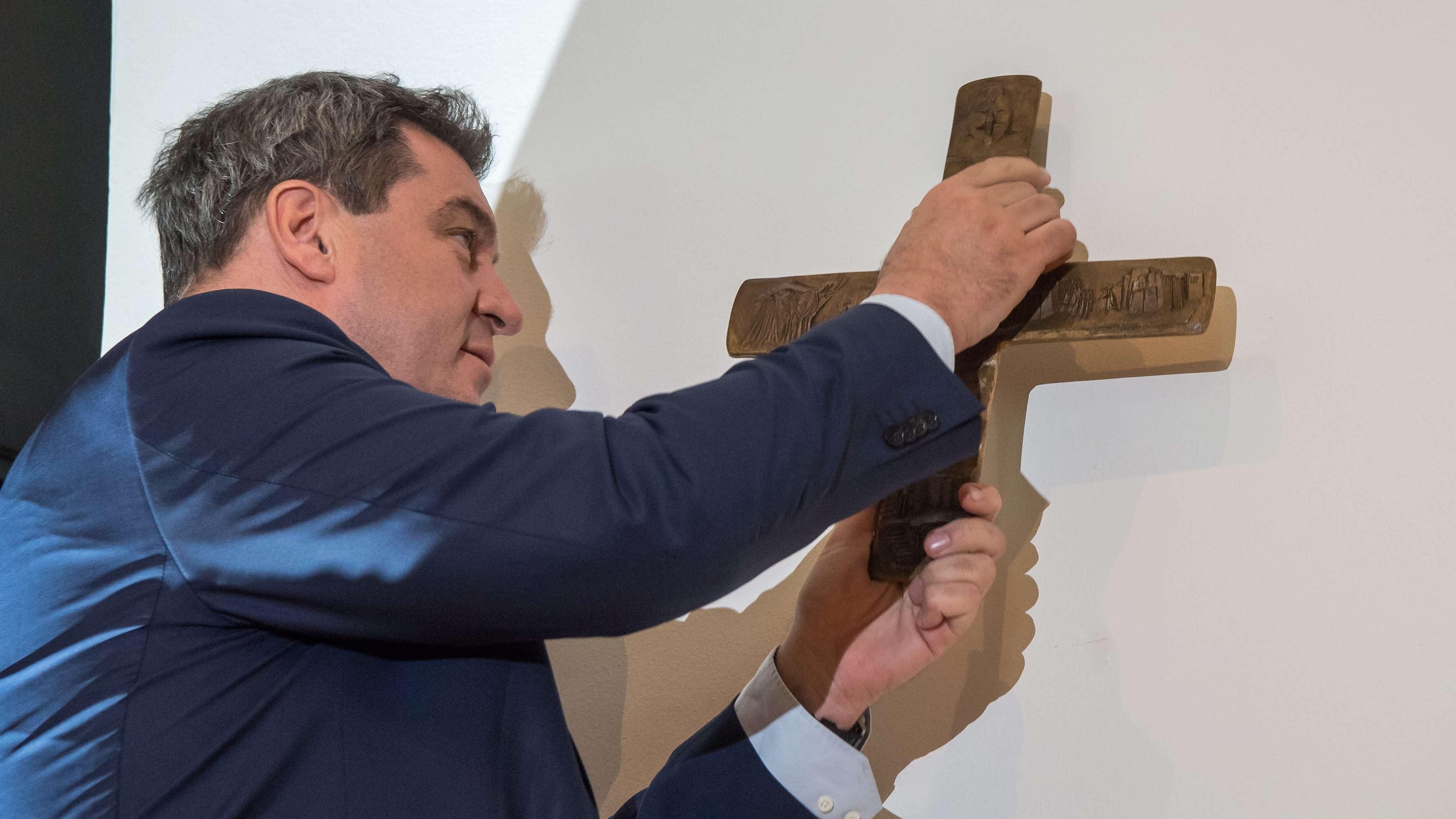 24.04.2018, Bayern, München: Markus Söder, Bayerischer Ministerpräsident (CSU), hängt im Eingangsbereich der bayerischen Staatskanzlei auf.