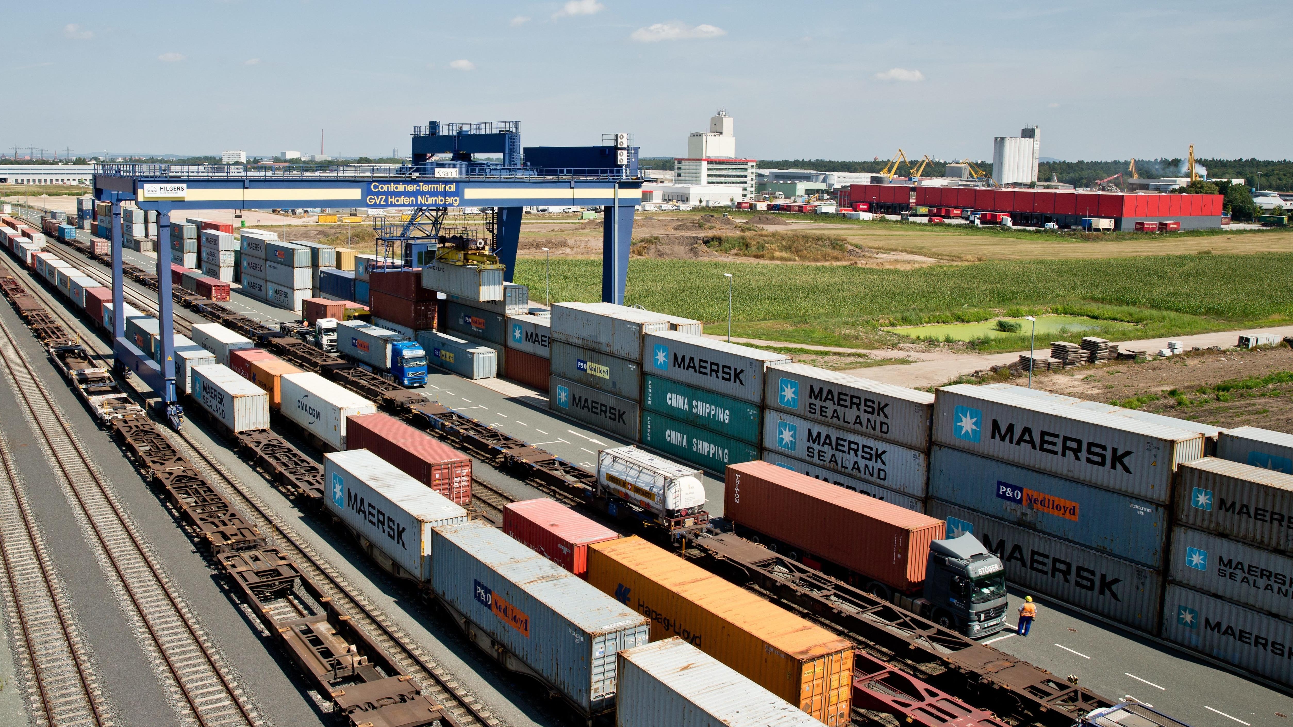 Blick auf den Nürnberger Hafen mit Containerverladestation