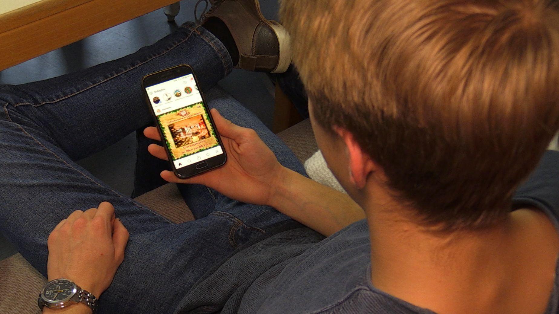Johannes Wagner surft mit dem Smartphone