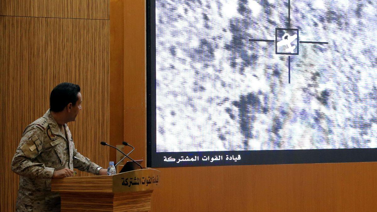 Ein Sprecher der Militär-Koalition erläutert einen Angriff