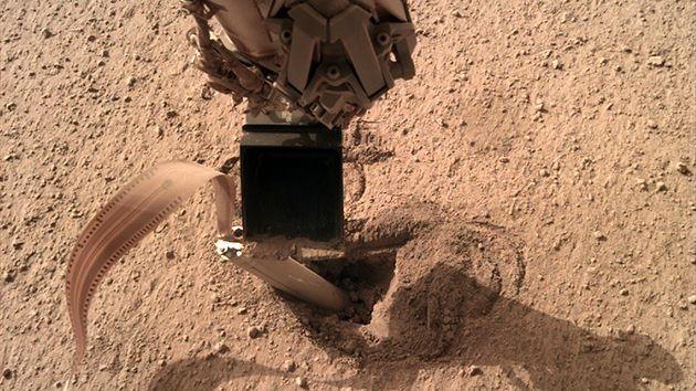 Schaufel des Roboterarms des NASA-Mars-Roboters InSight drückt auf die Hinterkante des deutschen Mars-Maulwurfs, den Bohrer HP3