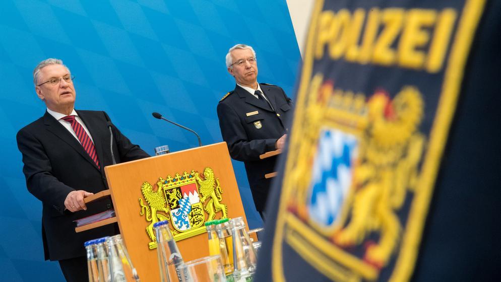 Innenminister Joachim Herrmann und Landespolizeipräsident Wilhelm Schmidbauer bei der Vorstellung der Kriminalitätsstatistik | Bild:dpa-Bildfunk / Peter Kneffel
