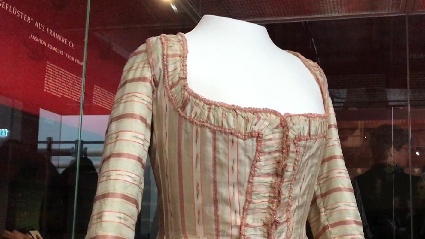 Mozarts Modewelten, Ausstellung im Augsburger Textilmuseum tim