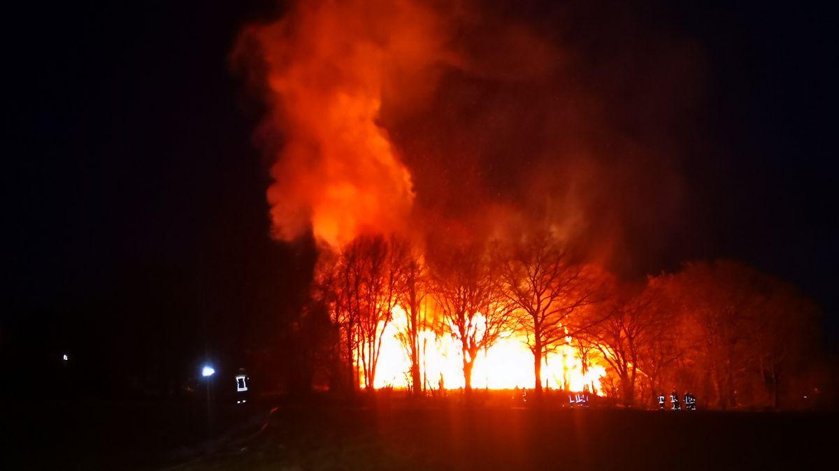 Feuerwehrkräfte versuchen das lodernde Feuer bei Deining zu löschen