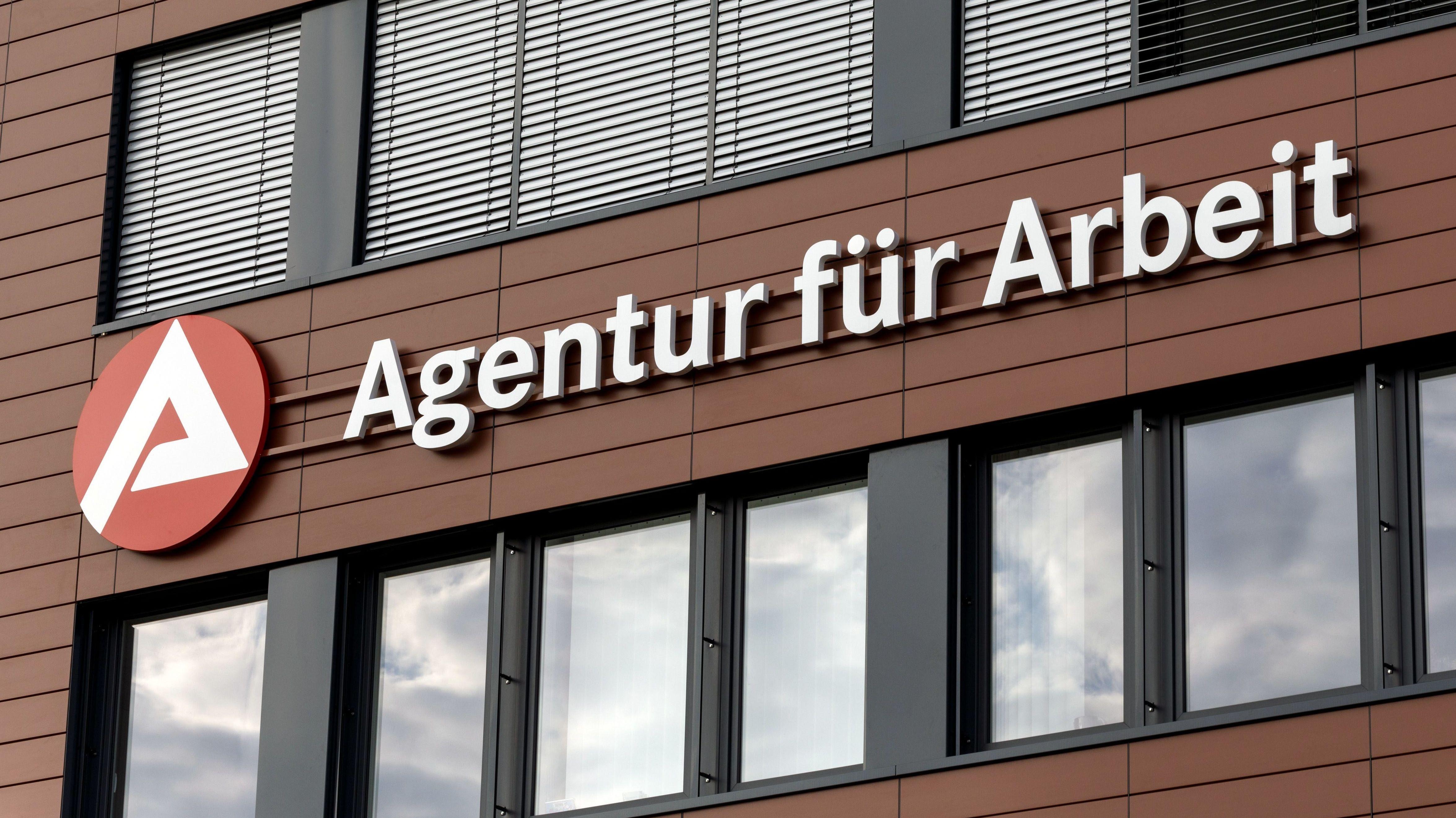 Häuserfassade mit Logo der Agentur für Arbeit