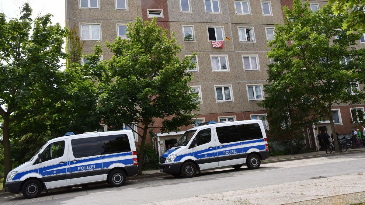Polizeiautos stehen vor dem Asylbewerberheim in Cottbus, Brandenburg (Archivbild)