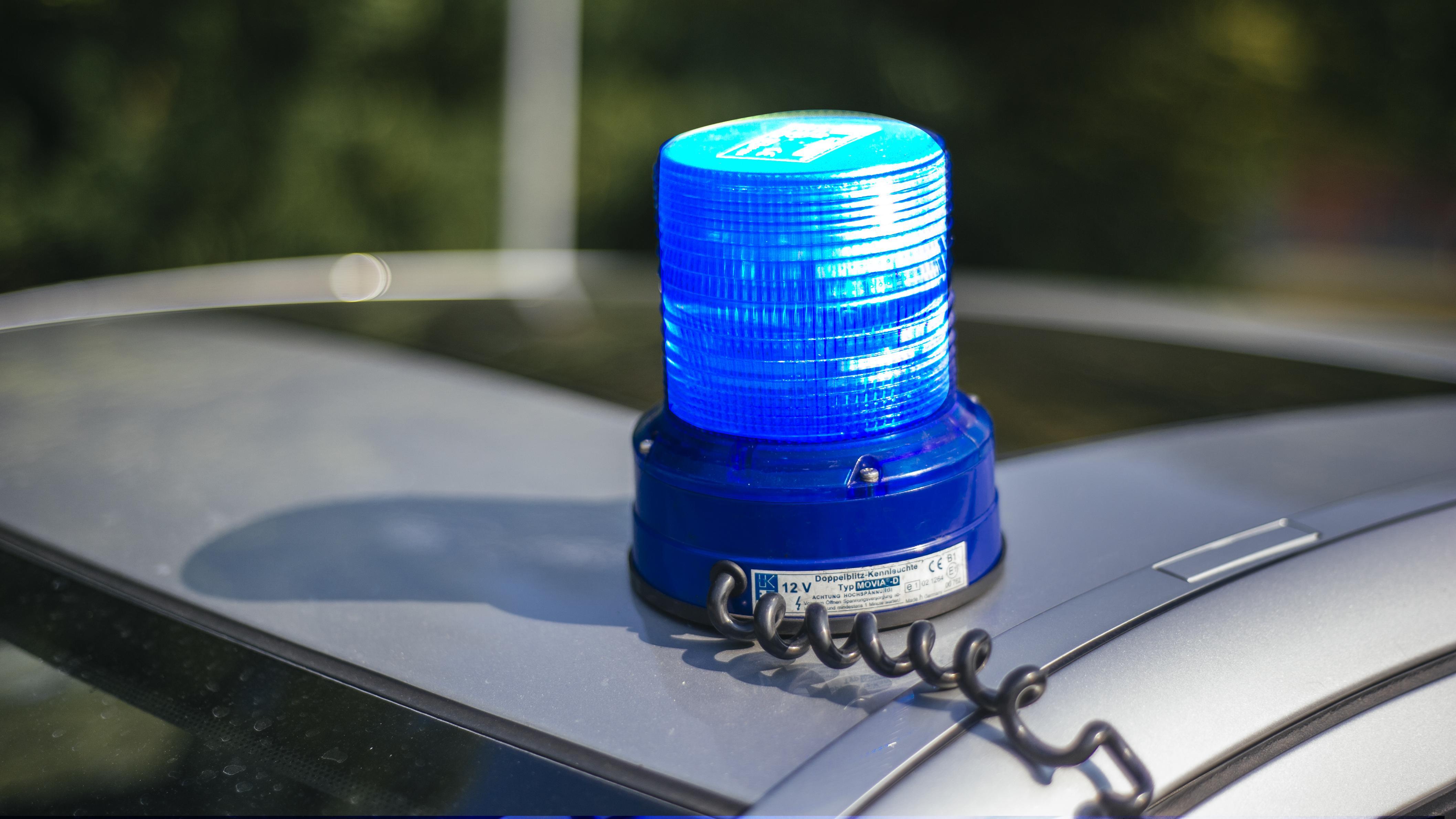 Ein Blaulicht auf einem Auto.
