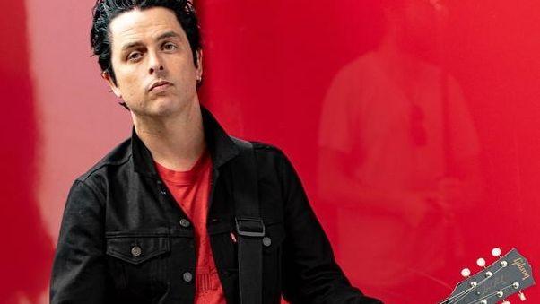 Mann in schwarzer Jeansjacke mit Gitarre: Billie Joe Armstrong