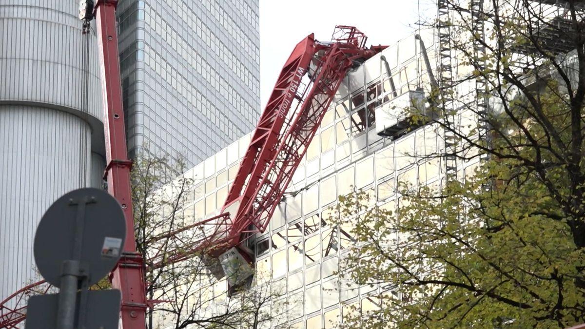 Umgestürzter Kran auf Gebäude