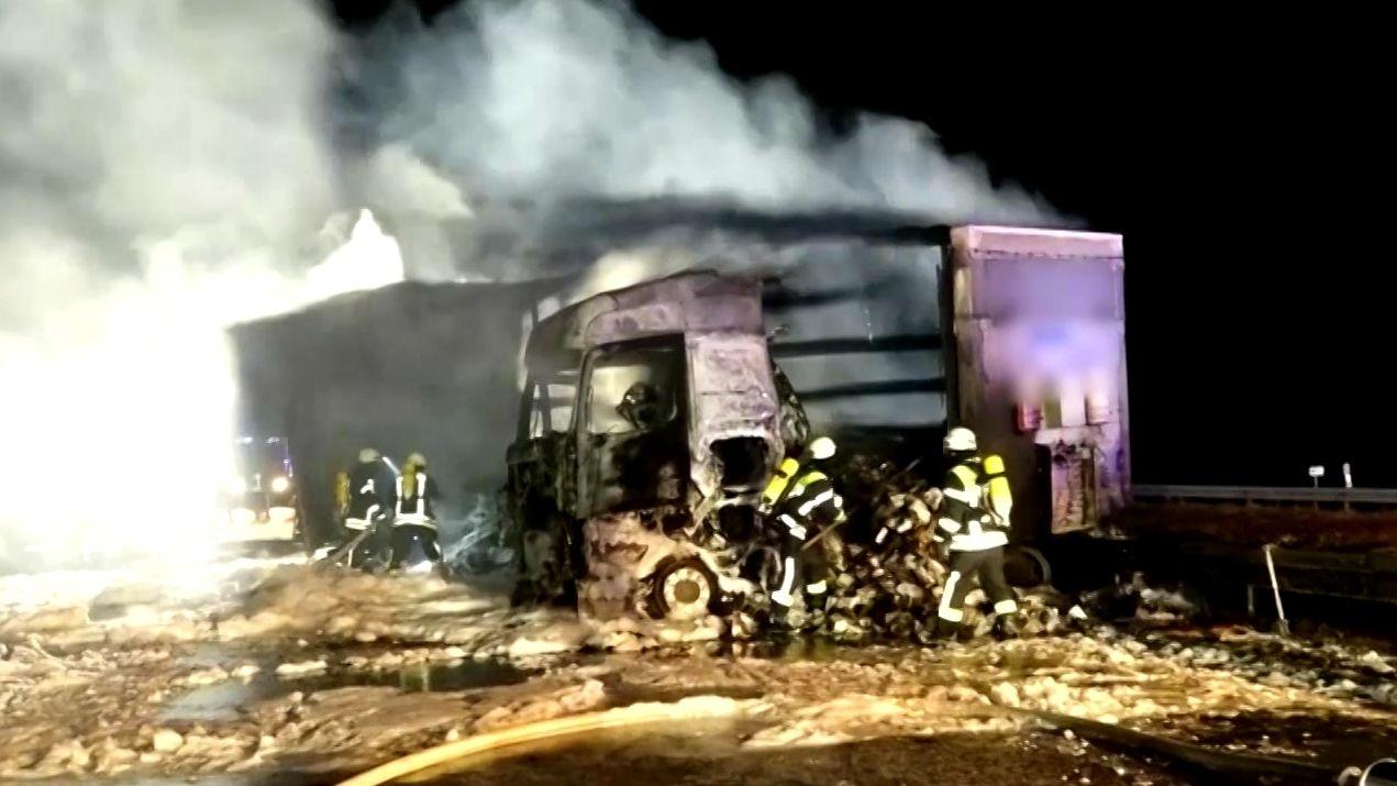 Brennender Lkw auf der A3 bei Höchstadt, Feuerwehrleute bei Löscharbeiten