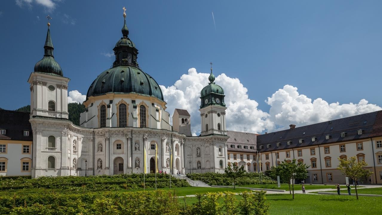 Klosteranlage Ettal mit Blick auf die Basilika und rechts dem Benediktinergymnasium.