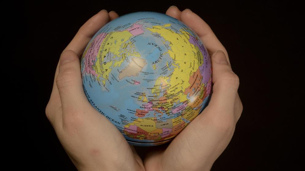 Hände halten einen Globus | Bild:pa / dpa / Alf Jönsson