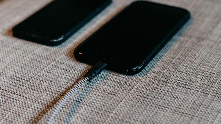Wer ein altes Handy hat, wird auch weiterhin meist ein neues Handy kaufen müssen, wenn der Akku langsam schwach wird.