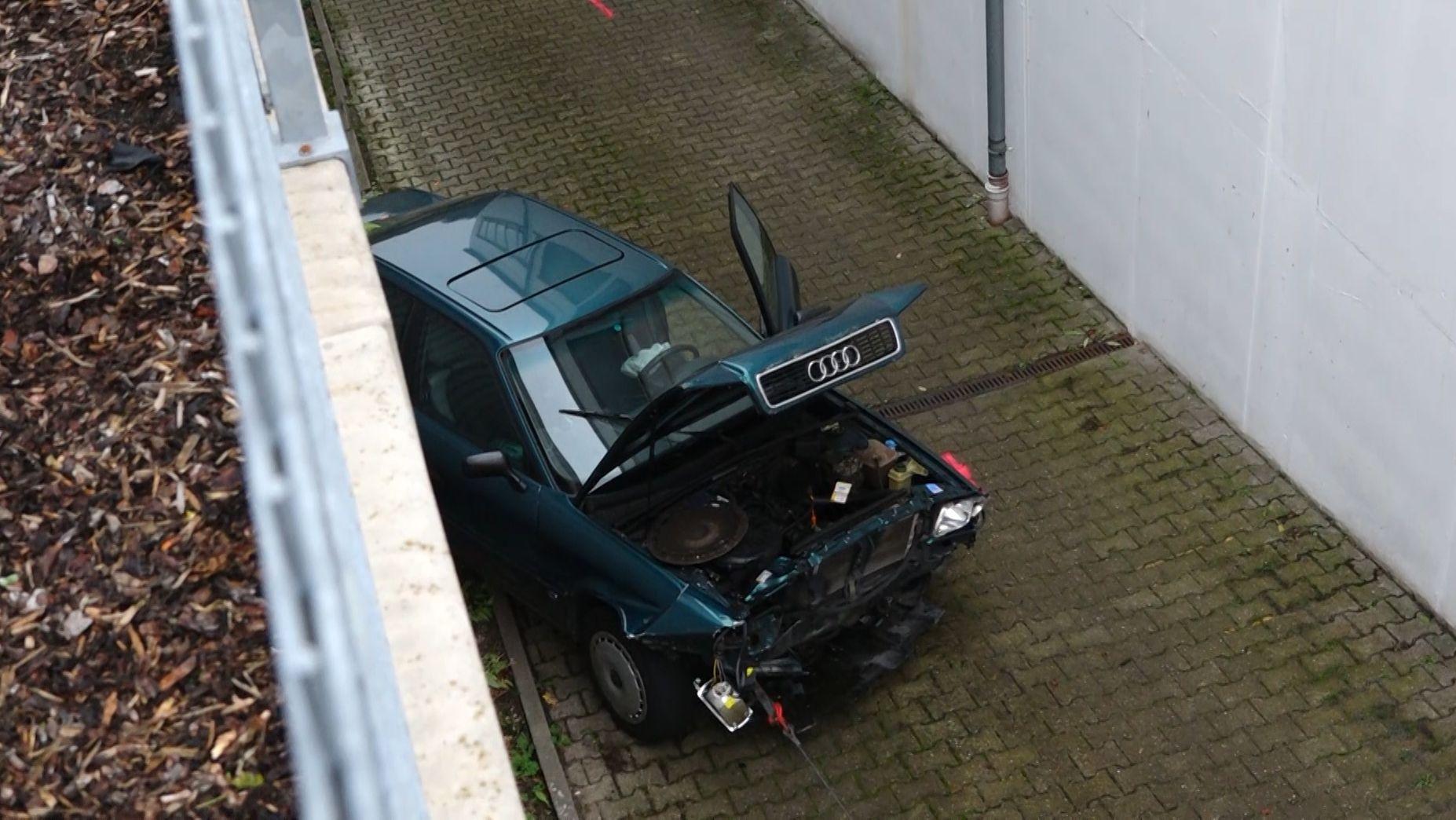 In Würzburg ist eine Autofahrerin in ihrem Auto von einem Supermarkt-Parkplatz aus vier Meter in die Tiefe gestürzt.