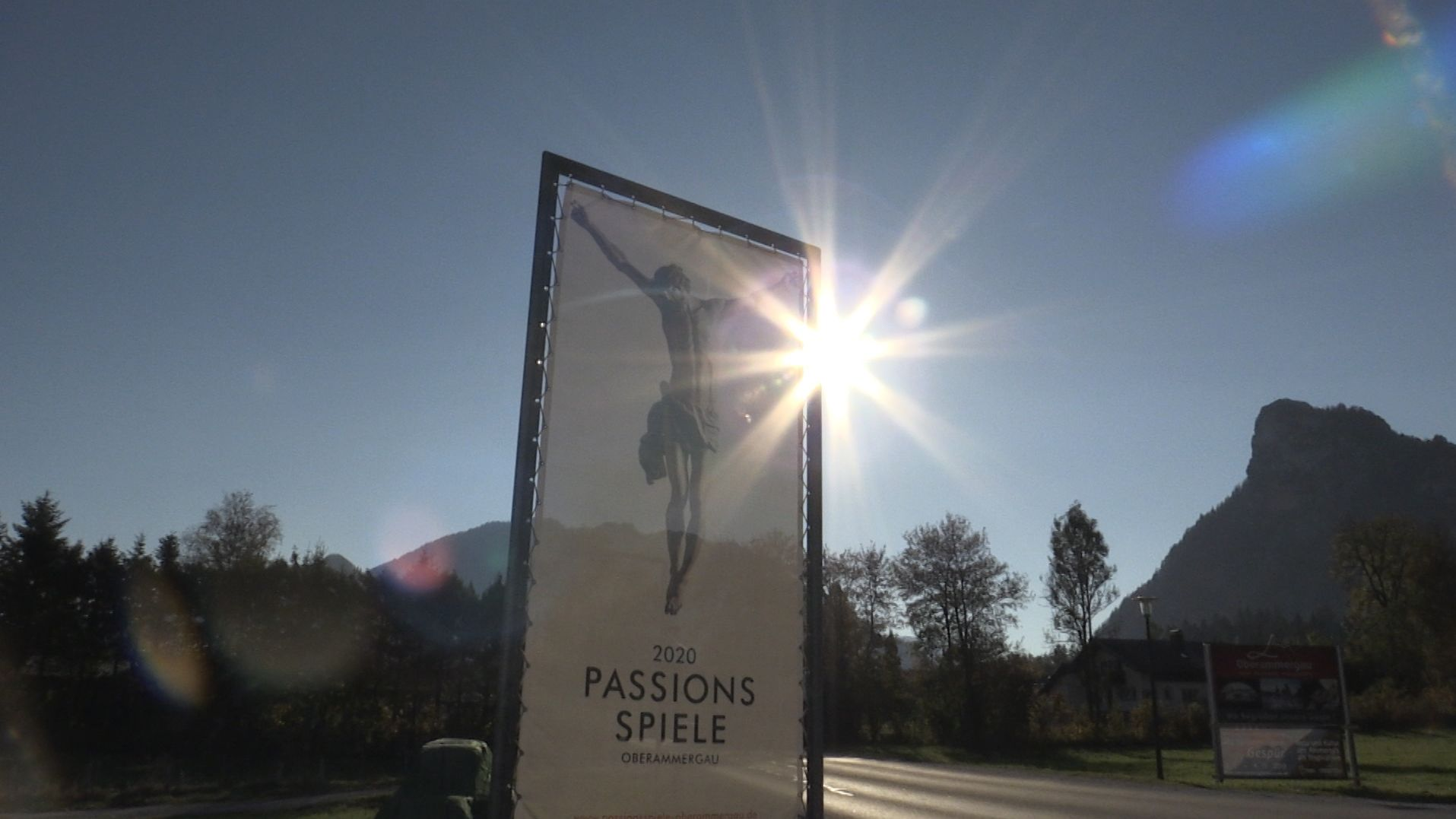 Oberammergau, Plakat kündigt die Passionsspiele 2020 an