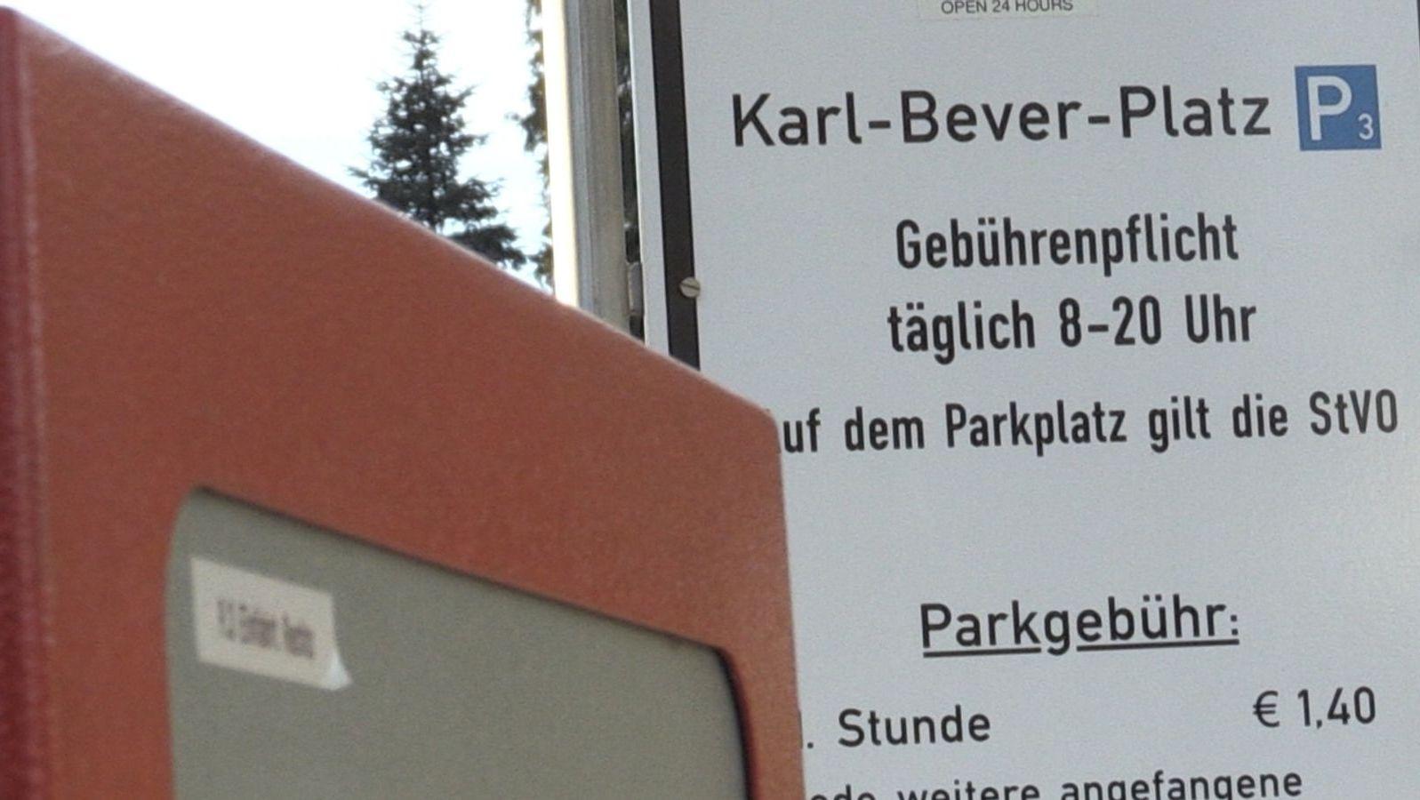 Parkhausschild mit Öffnungszeiten und Preisangaben (Symbolbild)