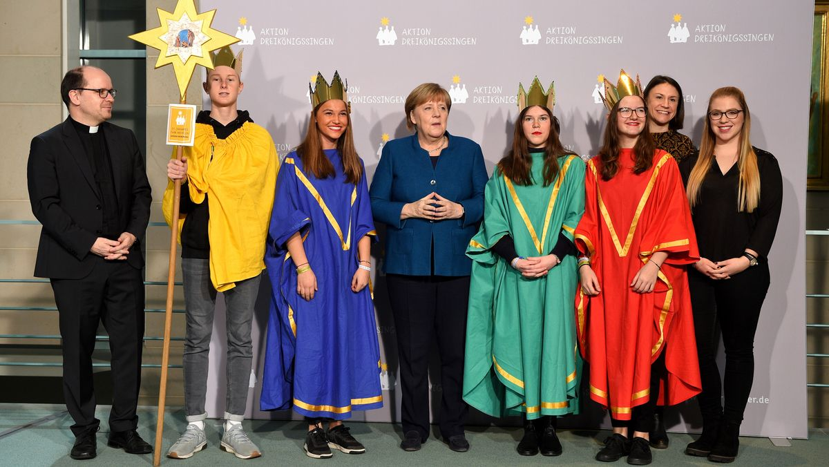 Die Sternsinger aus Fahr am Main mit Begleiterin Theresa Scheuring, Dirk Bingerer (Kindermissionswerk) und Lisi Maier (BDKJ) bei Bundeskanzlerin Angela Merkel