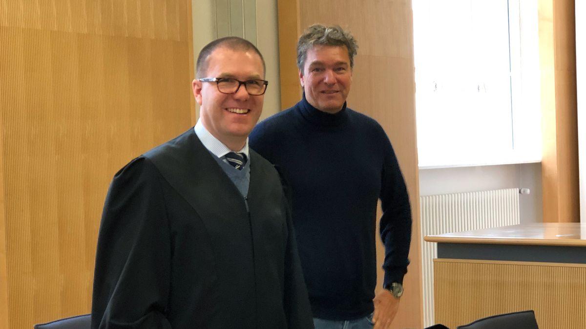 Der Unternehmer Stefan Pohlmann (rechts) mit seinem Verteidiger.