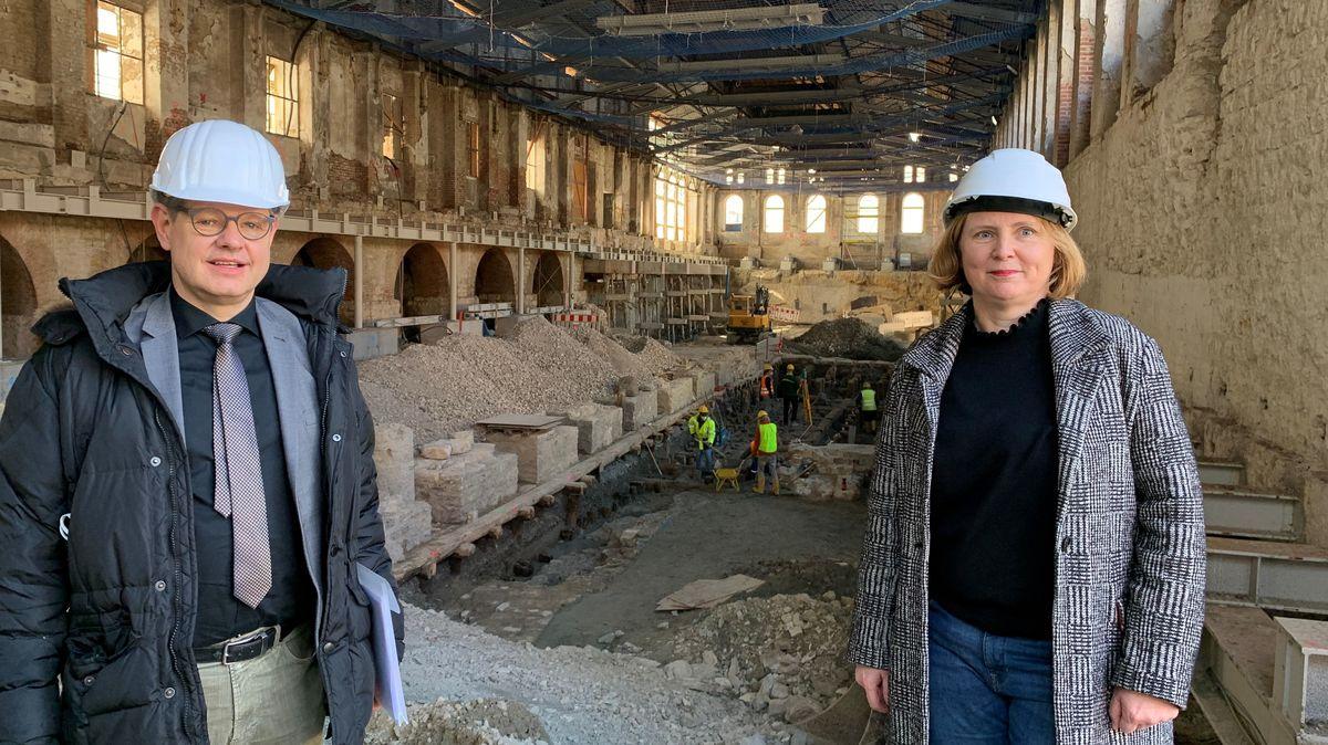 MKK-Direktorin Simone Schimpf und Baureferenten Gero Hoffmann auf der Museums-Baustelle auf dem ehemaligen Gießereigelände.