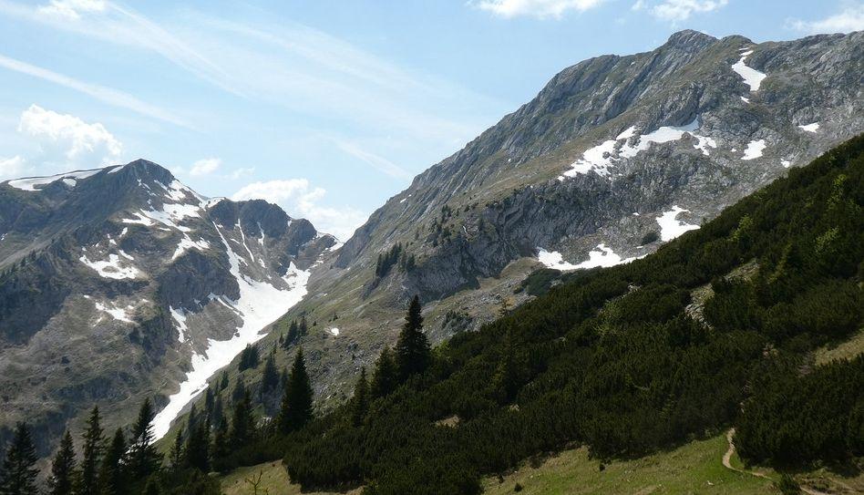 Der Gipfel der Hochplatte im Ammergebirge, darunter Schneereste vom Frühjahr