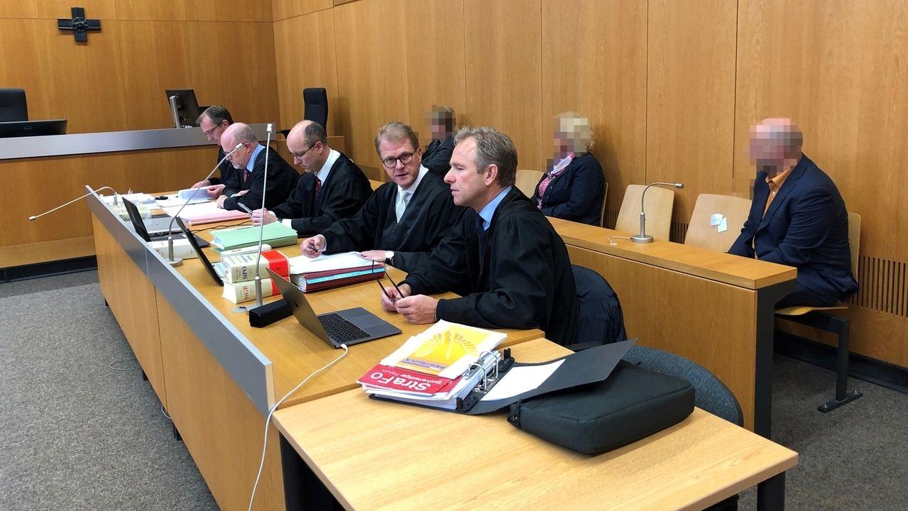 Bayern, Landshut: Die Angeklagten sitzen im Verhandlungssaal des Landgerichts.