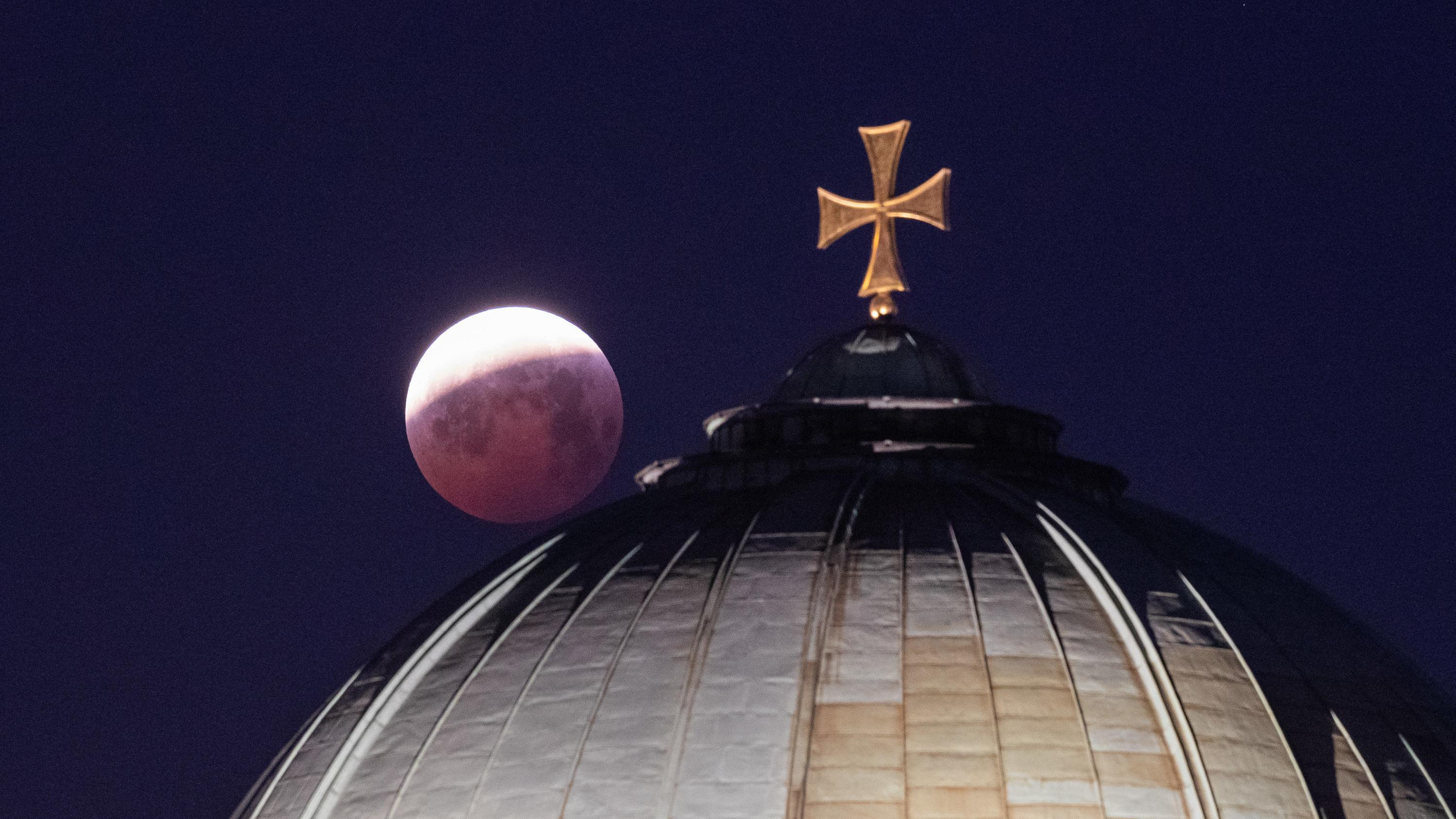 Mond über der Kuppel der Kirche St. Elisabeth in Nürnberg