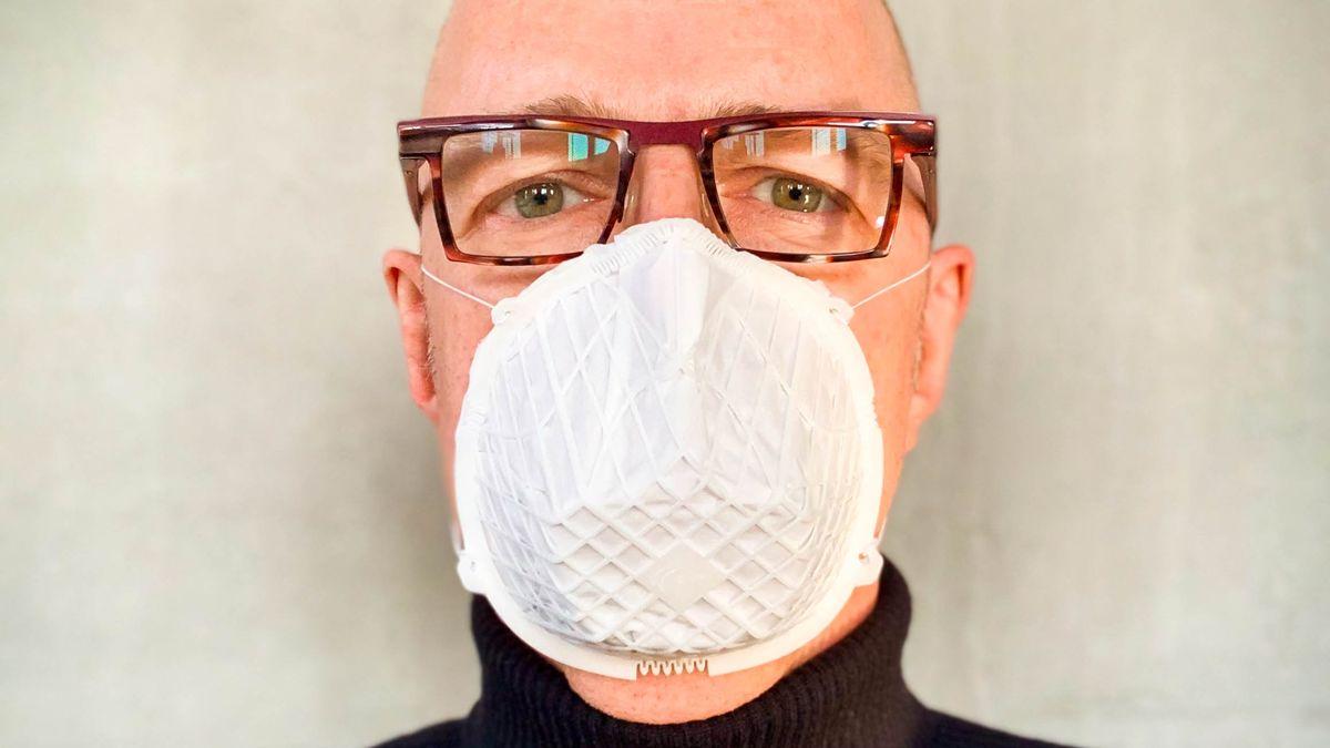 Mann trägt Mund-Nasen-Maske