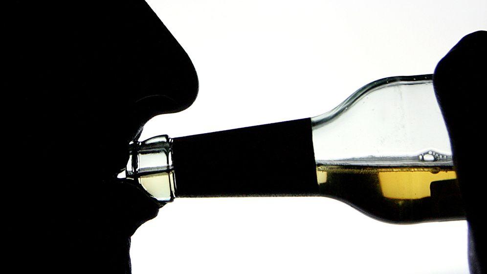 Schattenriß: Mann trinkt aus einer Flasche Alkohol | Bild:dpa-Bildfunk / Arno Burgi