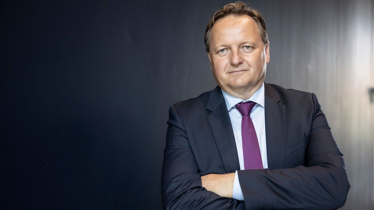 Jürgen Böhm in einem Anzug