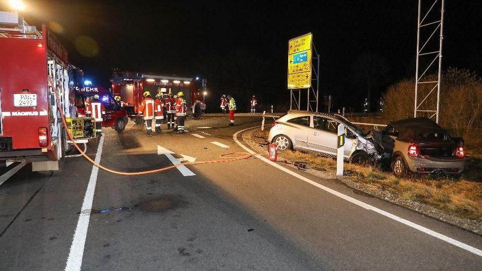 Feuerwehrleute sichern die Unfallstelle auf der B388