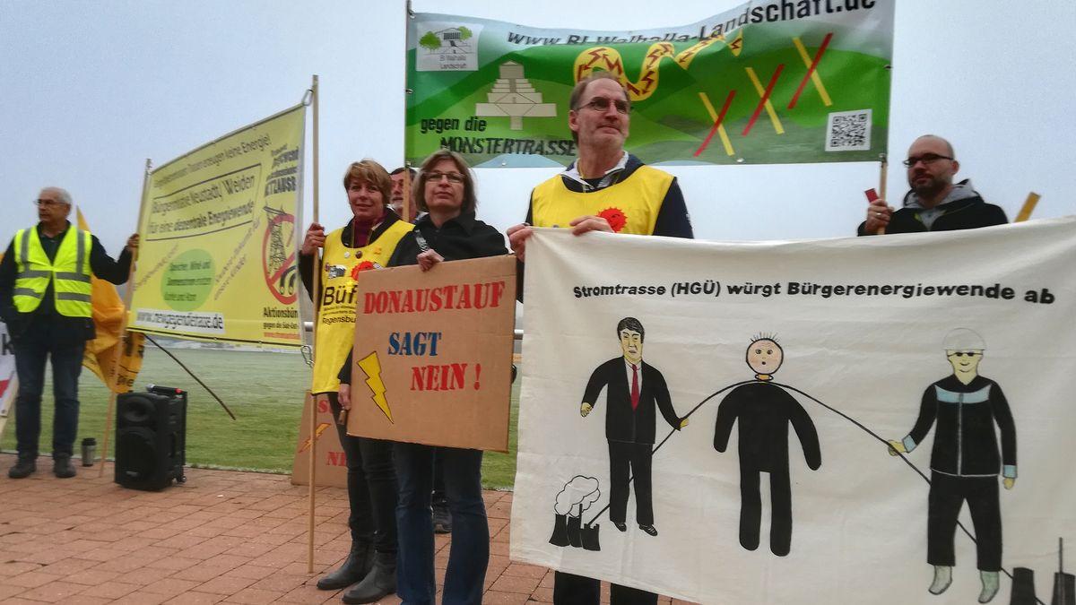 Protest zu Beginn des Erörterungstermins in Regenstauf