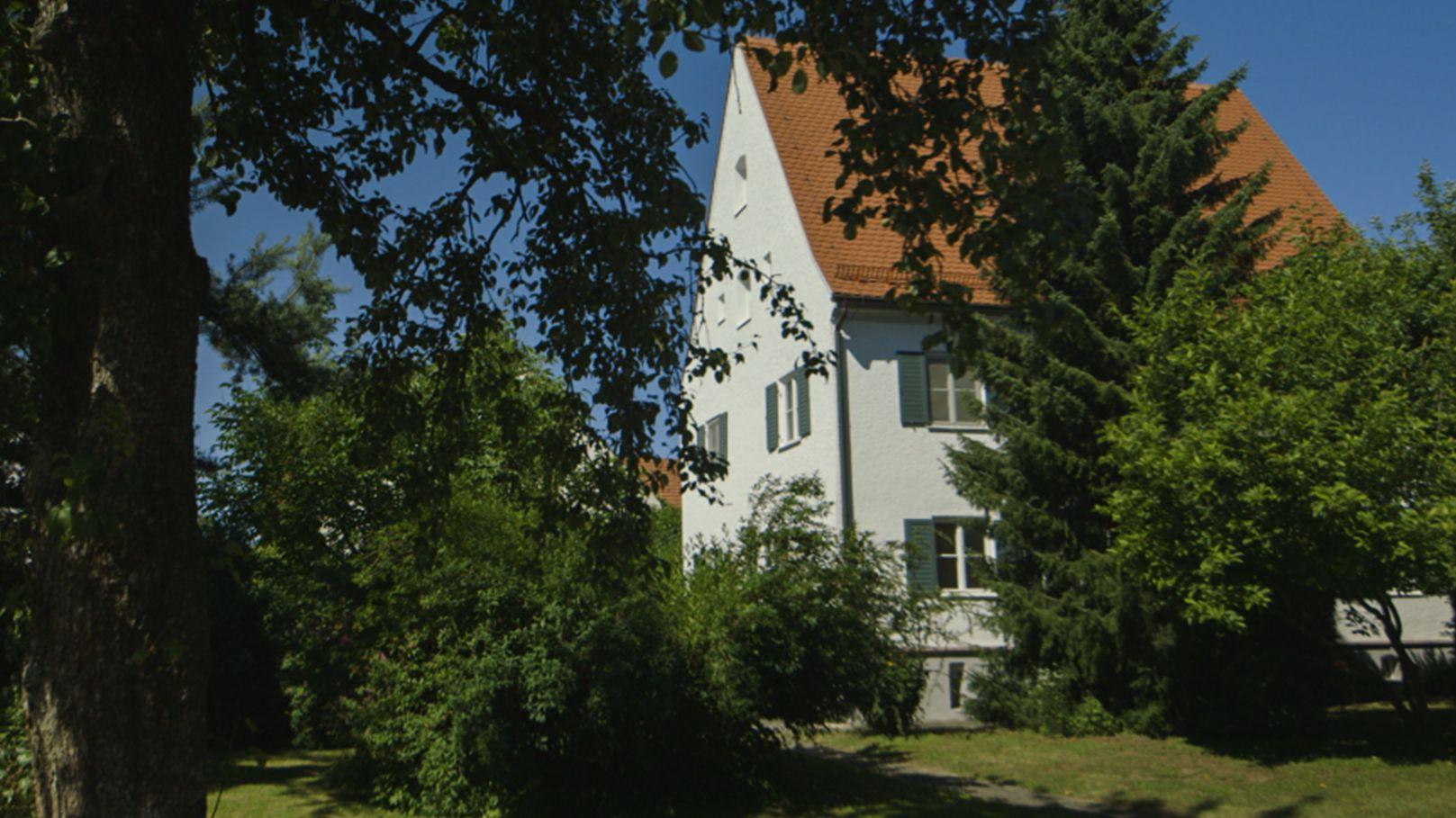 Das ehemalige Pfarrhaus von Igenhausen, Gemeinde Hollenbach im Landkreis Augsburg.