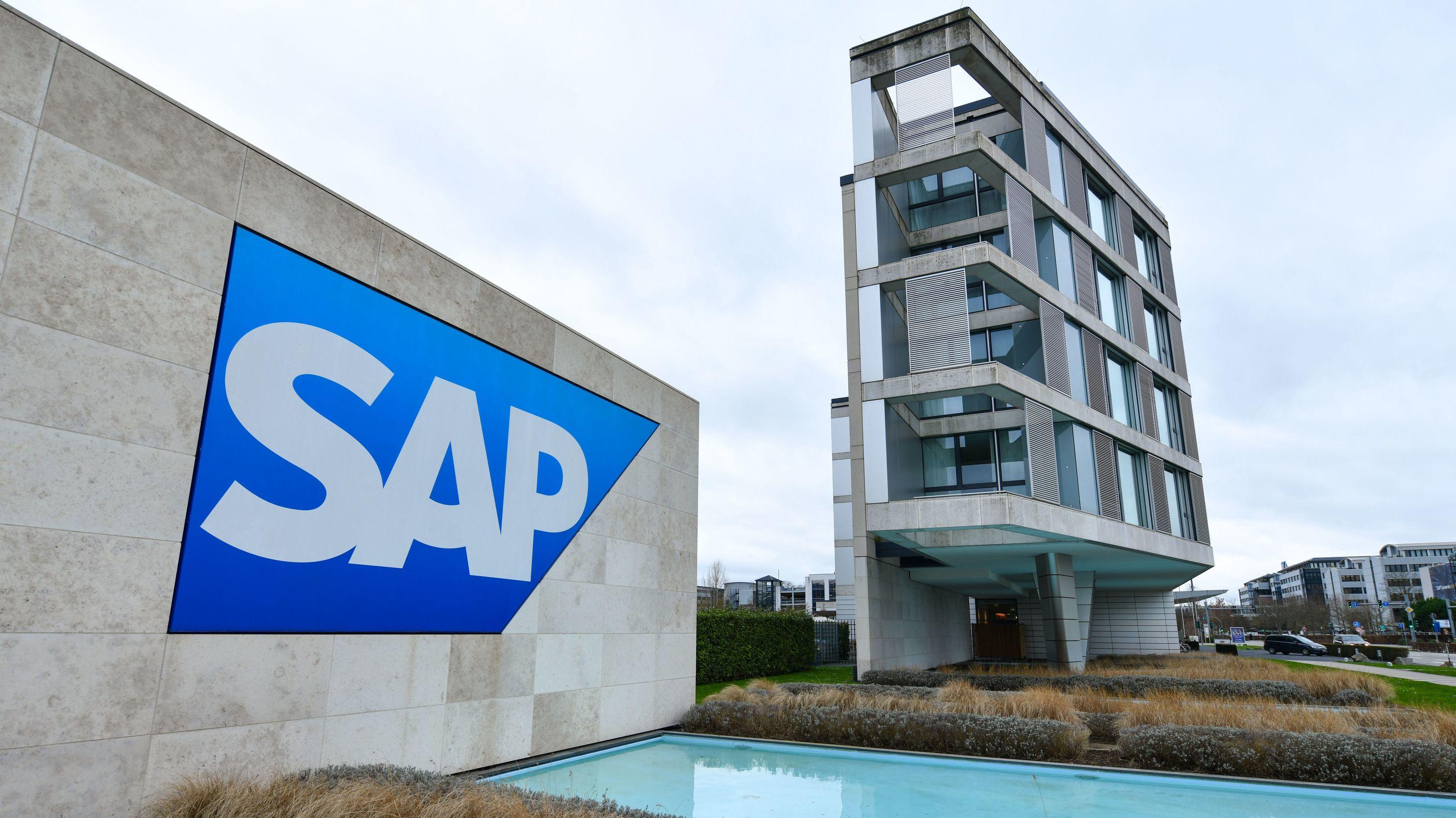 Das Logo des Softwarekonzerns SAP vor einem Gebäude des Unternehmens.