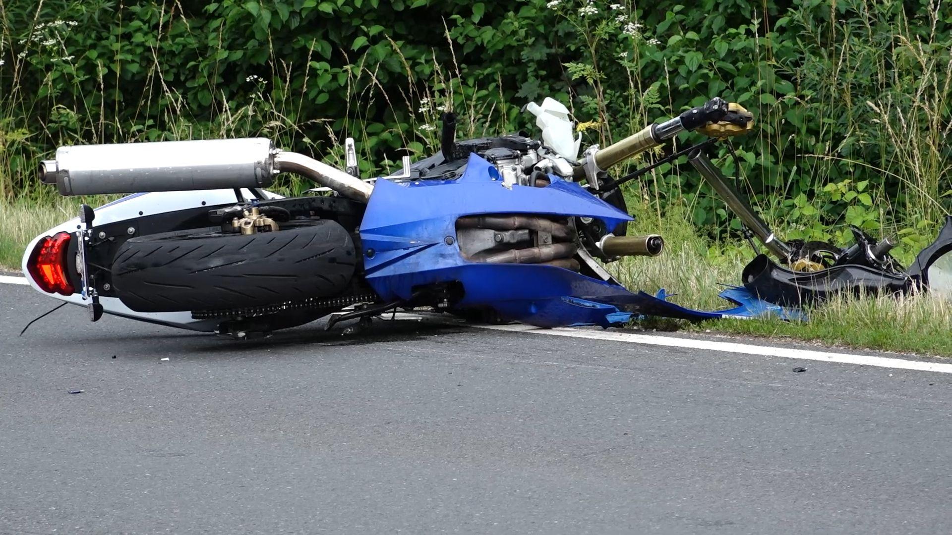 Das Motorrad des tödlich verunglückten Motorradfahrers in Nürnberg-Katzwang nach dem Unfall.