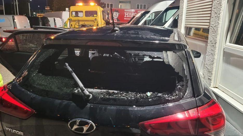 Die Hagelkörner zerstörten die Heckshutzscheibe dieses Autos.