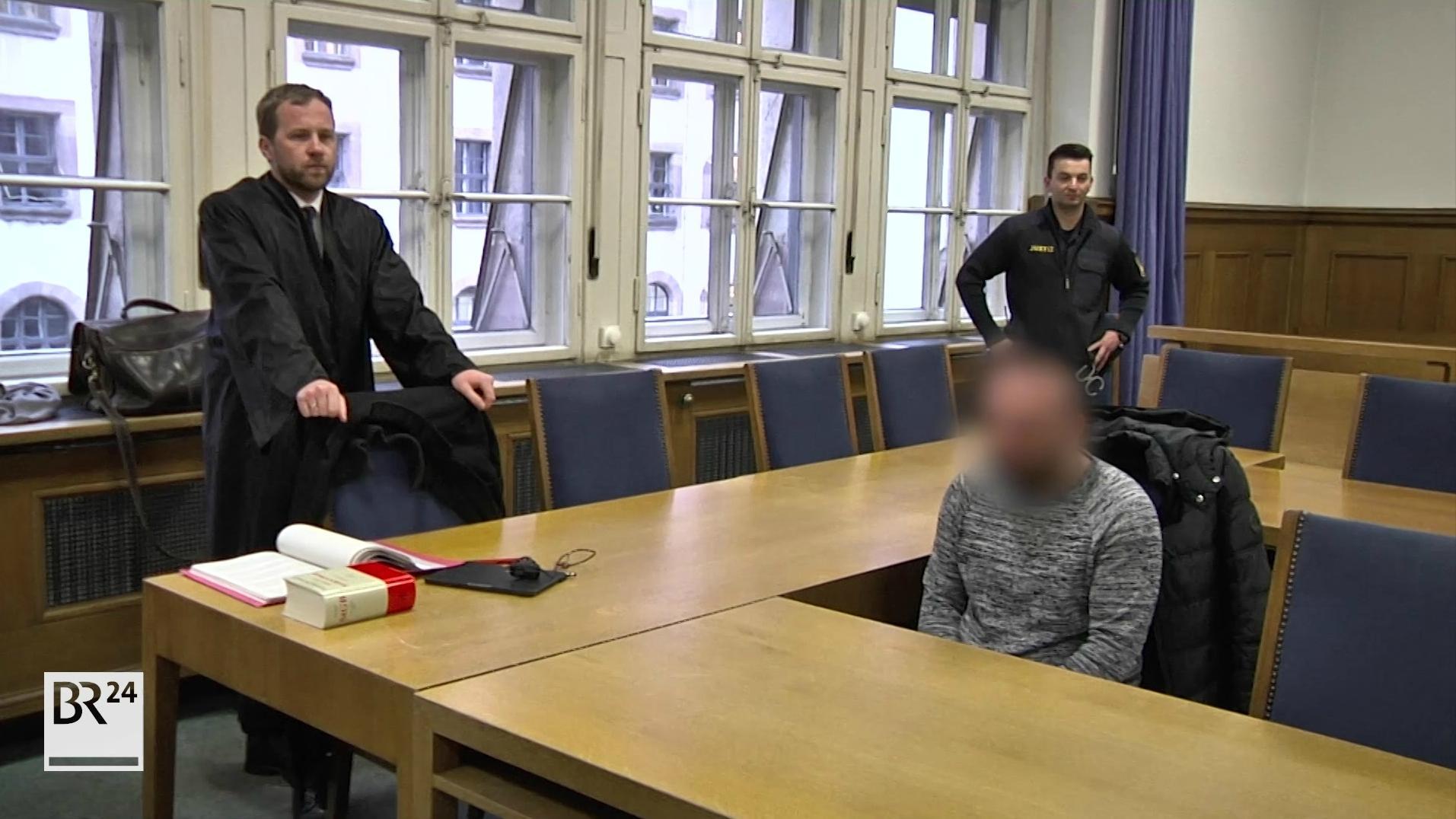 Angeklagter mit seinem Anwalt im Gerichtssaal