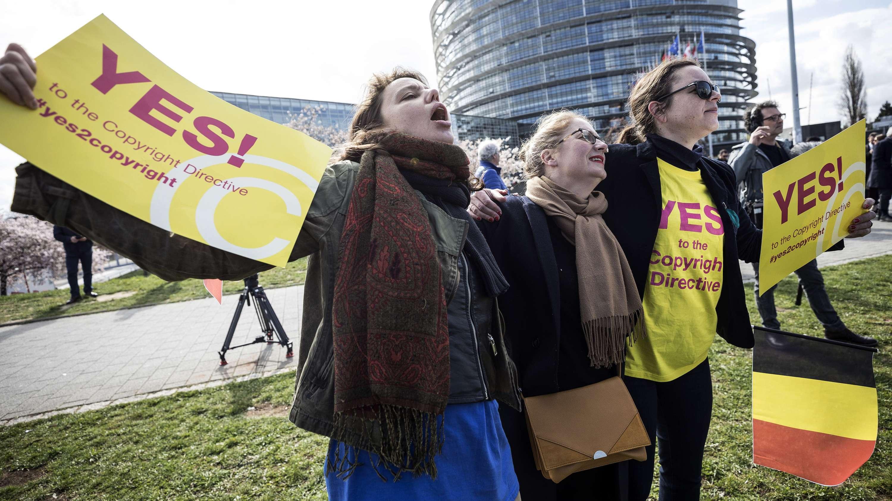 26.3., Straßburg: Demonstranten vor dem Europäischen Parlament