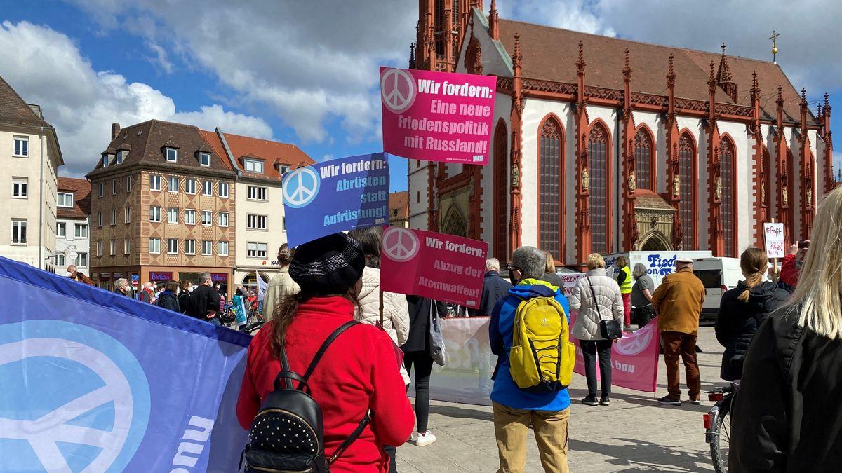 Kundgebung vom Ostermarsch am Unteren Markt in Würzburg